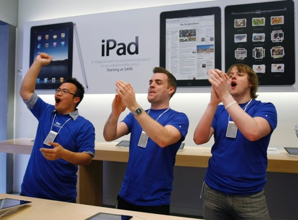 apple_ipad_store_farmington_connecticut_staff2.jpg