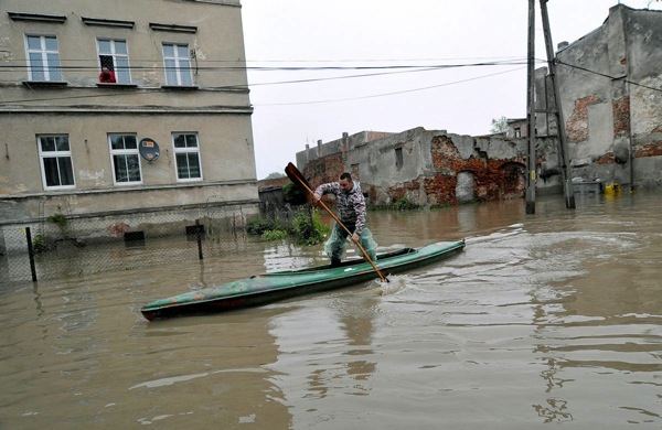 floods_poland_brzeg_man_on_kayak.jpg