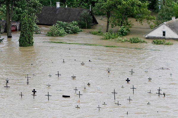 floods_poland_swiniary_cemetary.jpg