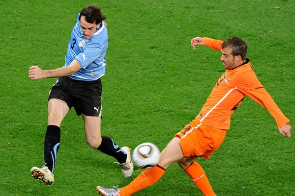 holland_uruguay_rafael_van_der_vaart_half_game_return.jpg