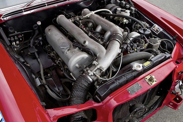 mercedes_rote_sau_300sel_engine.jpg
