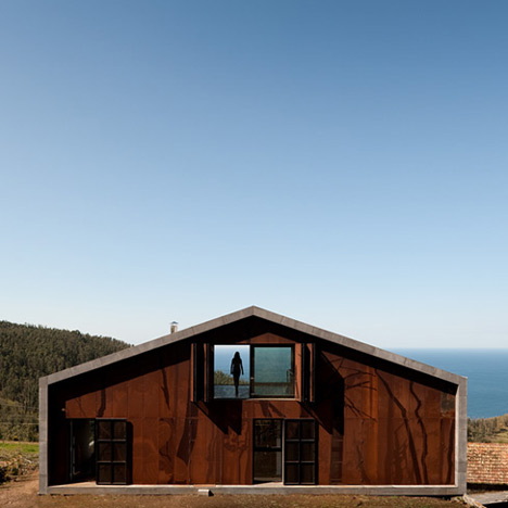 dzn_Prefab-House-in-Cedeira-by-MYCC-5.jpg