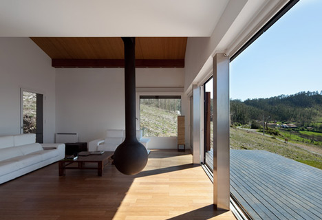 dzn_Prefab-House-in-Cedeira-by-MYCC-8.jpg