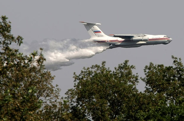 voronezh_il-76_mchs_tanker_plane_dumps_42tons_of_water.jpg