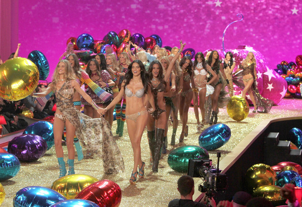 2010+Victoria+Secret+Fashion+Show+Runway+HCa4evLOT69l.jpg