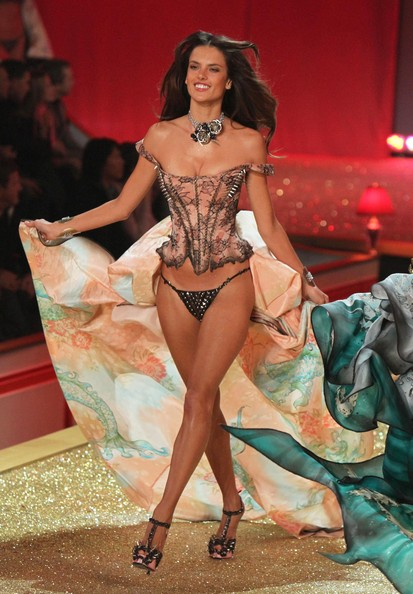2010+Victoria+Secret+Fashion+Show+Runway+T0PjFekhYXFl.jpg