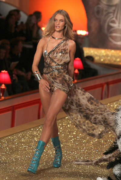 2010+Victoria+Secret+Fashion+Show+Runway+bAy3MRhJmKbl.jpg