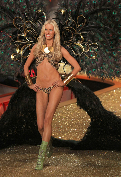 2010+Victoria+Secret+Fashion+Show+Runway+eAcpxCosYuIl.jpg