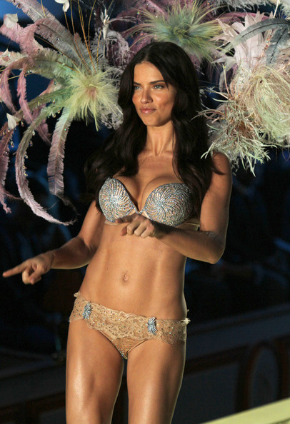 2010+Victoria+Secret+Fashion+Show+Runway+fHOEX_wL6c1l.jpg