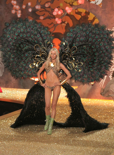 2010+Victoria+Secret+Fashion+Show+Runway+o9G_1AcxpIul.jpg