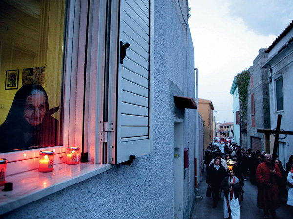 good-friday-procession-italy_30328_990x742.jpg