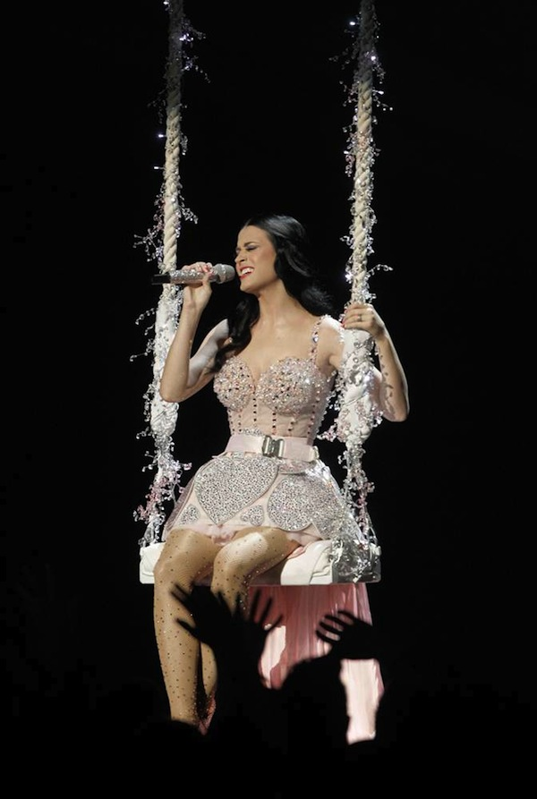 Grammy_Awards_2011_Katy_Perry_performs_2.jpg