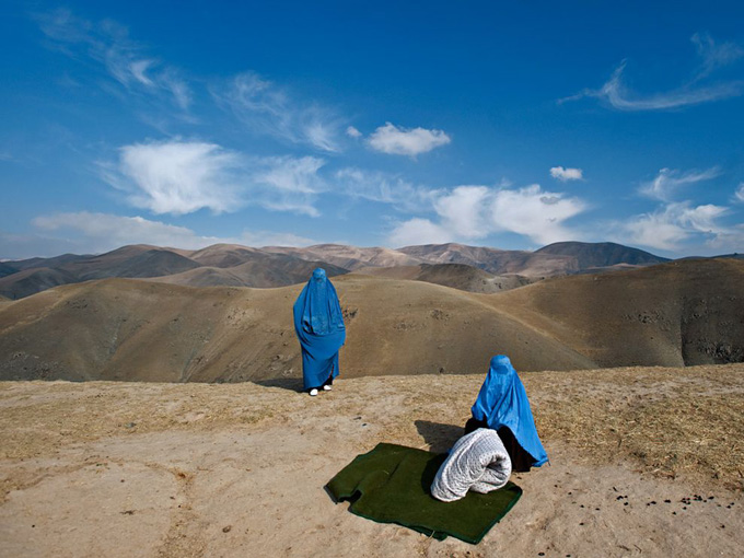 afghan-women-road_32516_990x742.jpg