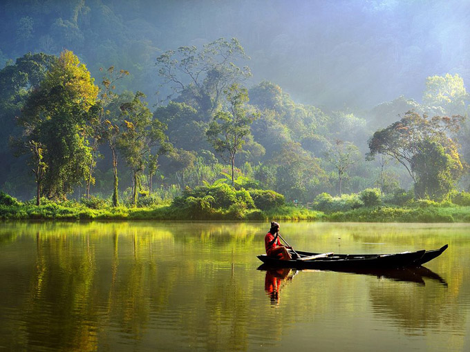 boat-lake-indonesia_35183_990x742.jpg
