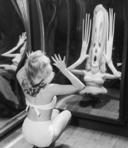 Marilyn Monroe look into mirror.jpg
