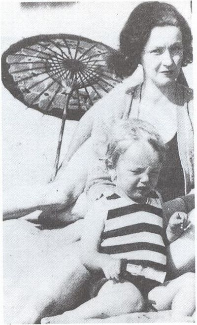 Marilyn Monroe with her mother.jpg