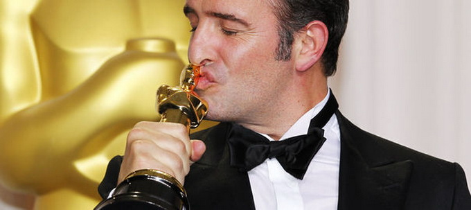 891968_dujardin-best-actor-for-his-role-in-the-artist-poses-with-his-oscar-during-the-84th-academy-awards-in-hollywood.jpg
