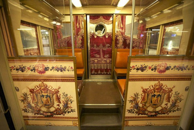 parisian-rer-train-transformed-like-versailles-1-600x427.jpg