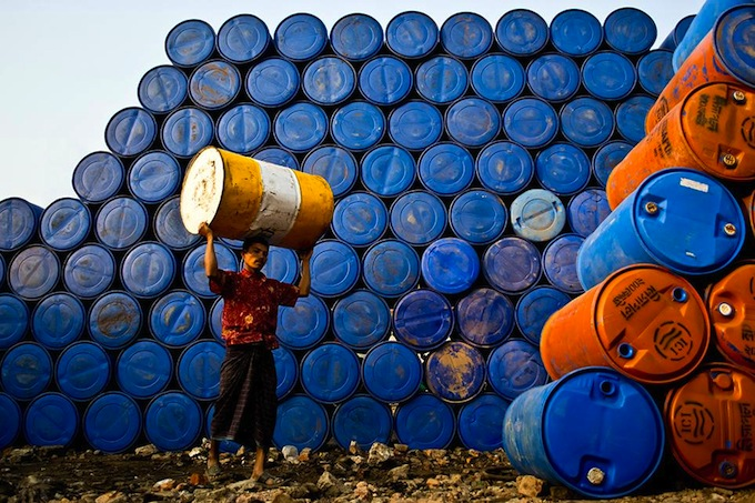 smithsonian-photo-contest-people-pails-wall-raihan-parves.jpg