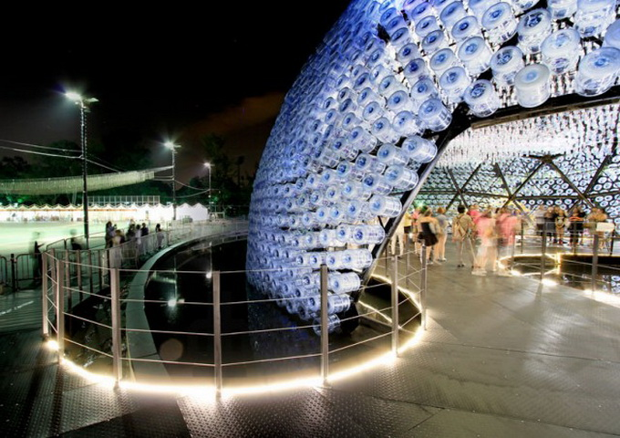 Lantern-Pavilion-made-from-Recycled-Water-Bottles-640x459.jpg