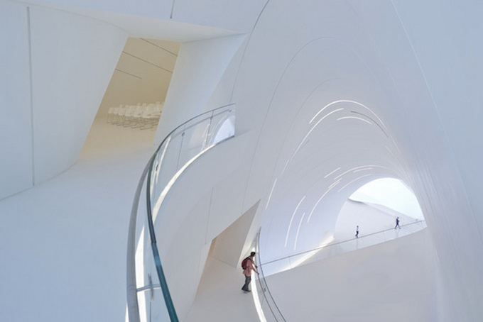 5-heydar-aliyev-center-by-zaha-hadid-architects-photo-by-Hufton-and-Cro.jpg