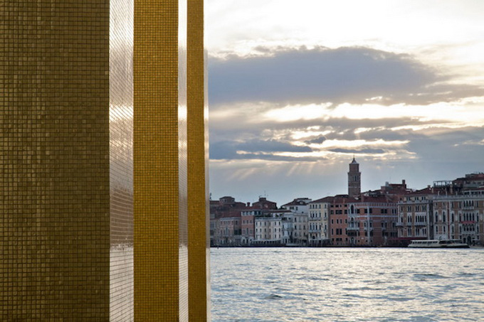 Gold-Columns-at-The-Venice-Biennale-_2.jpg